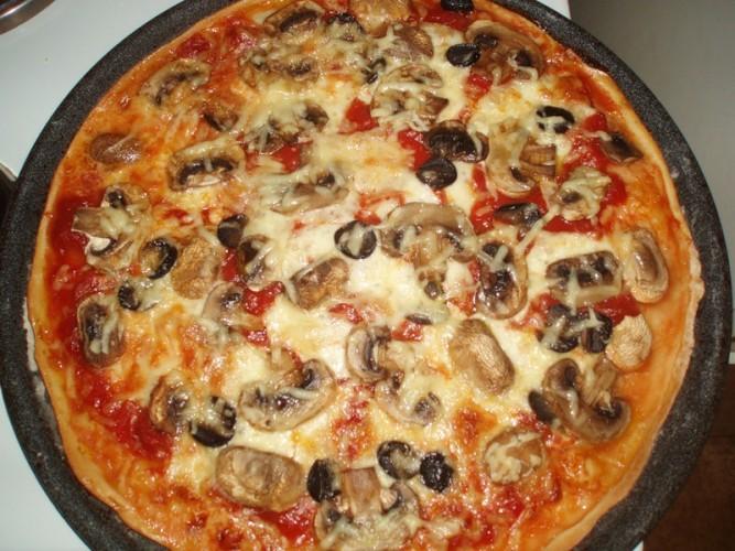 Пицца с грибами и колбасой рецепт